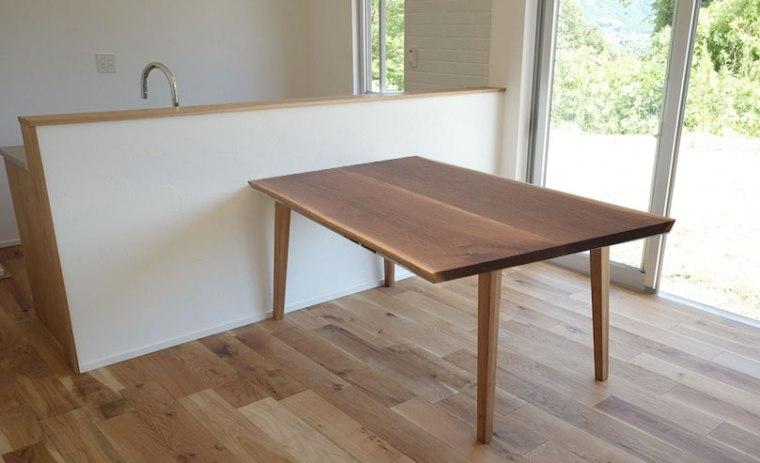 対面式キッチンカウンターとテーブル